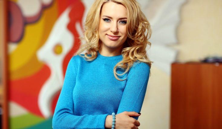 Певица Ольга Горбачева пришла в ЗАГС в платье в этническом стиле и венке (ФОТО)