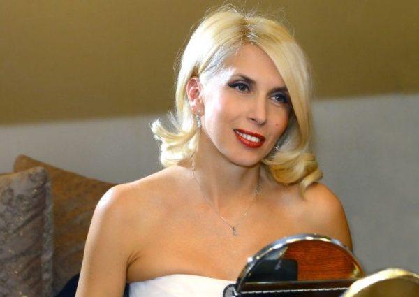 53-летняя Алена Свиридова опозорилась в платье задом наперед (фото)