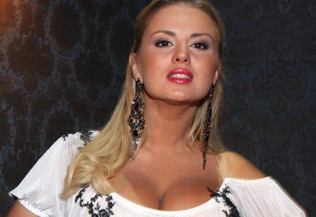 Пышнотелую Анну Семенович жестко раскритиковали за фотошоп на обложке глянца (фото)