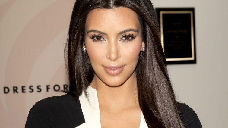 Ким Кардашян опять не вместила свою пышную грудь в купальник (фото)