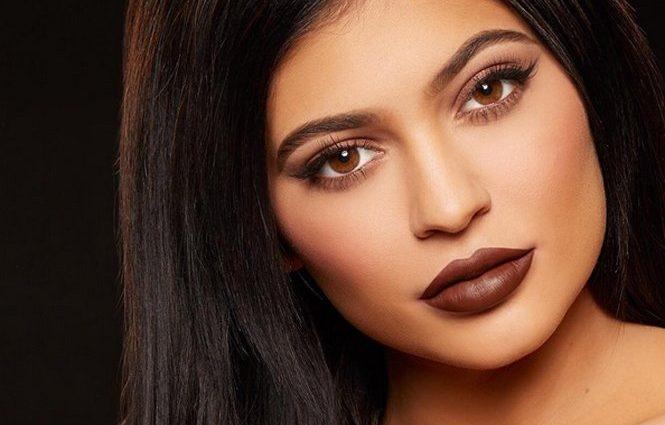 19-летняя сестра Ким Кардашьян ошеломила поклонников снимком без макияжа (фото)