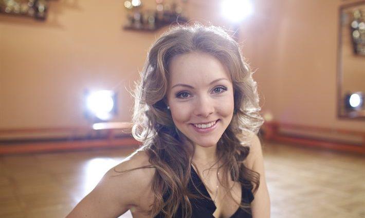 Алена Шоптенко появилась на публике в дырявой мини-юбке (фото)
