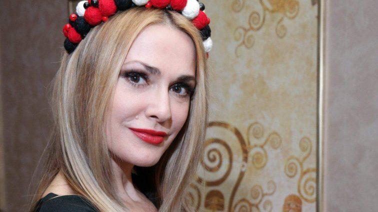 Девушка Бонда: 50-летняя Ольга Сумская поразила откровенным разрезом до бедра (ФОТО)