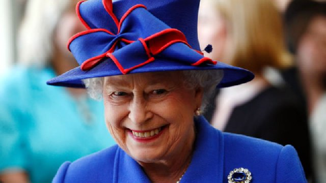 В честь юбилея Елизаветы II выставят на показ ее лучшие платья (фото)