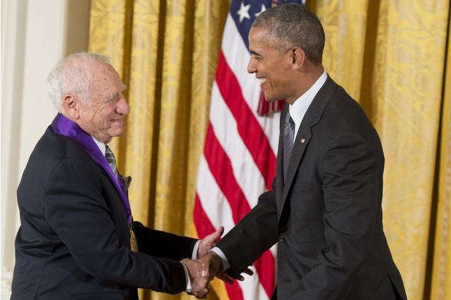 90-летний продюсер едва не оставил Обаму без штанов во время вручения медали (фото, видео)