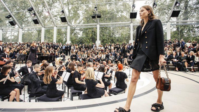 Провал на подиуме: на неделе моды в Лондоне модель упала во время показа (ФОТО)