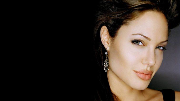 Джоли после скандального развода с Питтом решила изменить ориентацию (ФОТО)
