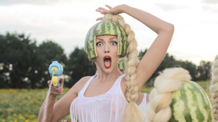 «Мама казала»: Оля Полякова посвятила песню украинским политикам (видео)