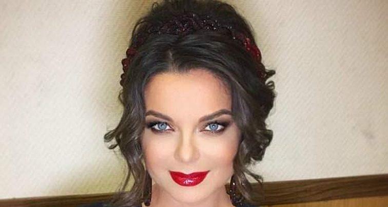 Как девушка по вызову: предательница Наташа Королева пришла на шоу без лифчика в платье с вырезом до пупа (ФОТО)