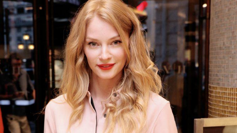 Вот это размер! Актриса Светлана Ходченкова показала грудь на премьере (ФОТО)