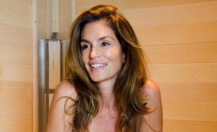 50-летняя Синди Кроуфорд показала безупречную фигуру в сауне