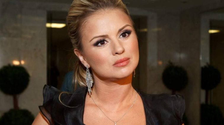 Пышнотелая Анна Семенович «выперла» свою гигантскую грудь под елкой (ФОТО)