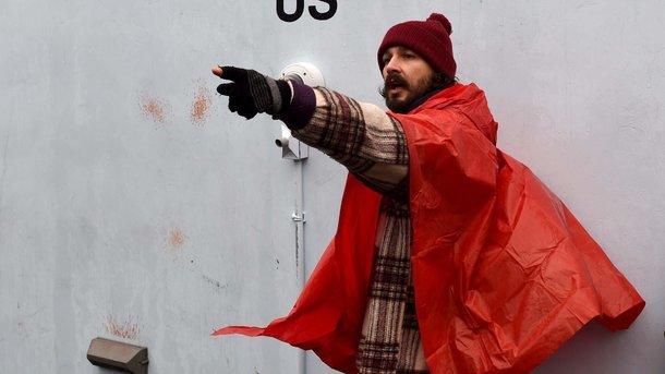 Он вернулся: Звезда «Трансформеров» возобновил акцию протеста против Трампа после ареста