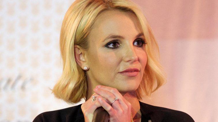 Как ножом в спину: над певицей Бритни Спирс жестоко поиздевался ее бойфренд