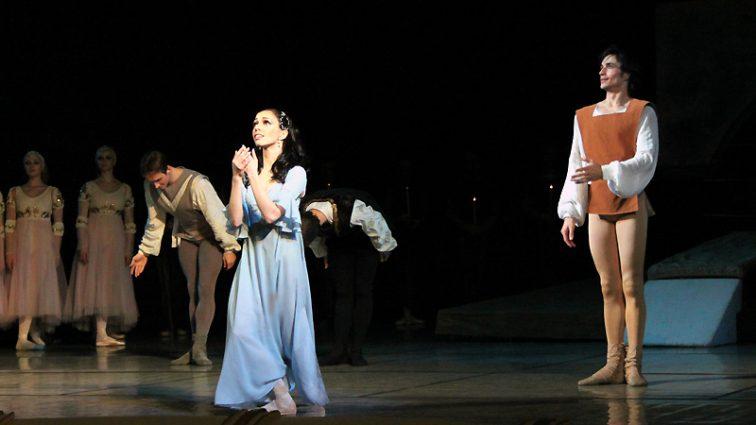 Балерина Екатерина Кухар отметила Старый Новый год во Франции (ФОТО)