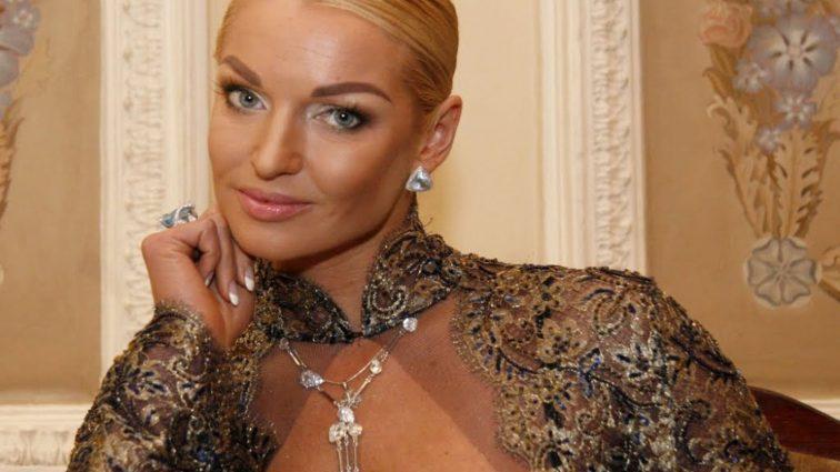 Анастасия Волочкова пришла в торговый центр в пижаме (ФОТО)