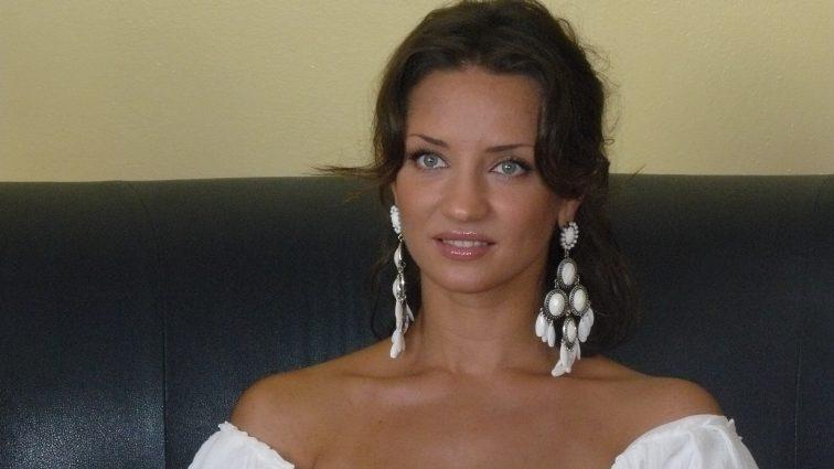 Развратница: Татьяна Денисова нагнулась в короткой юбке и показала все, что имеет (ФОТО)