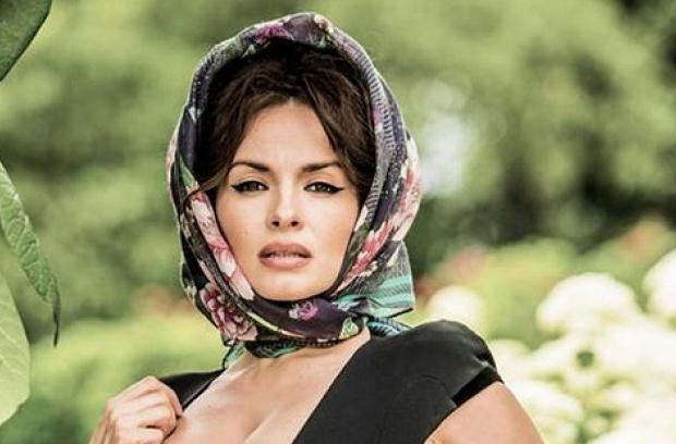 Соблазнительница еще та: Мейхер очаровала соблазнительными формами в очень откровенном платье (ФОТО)