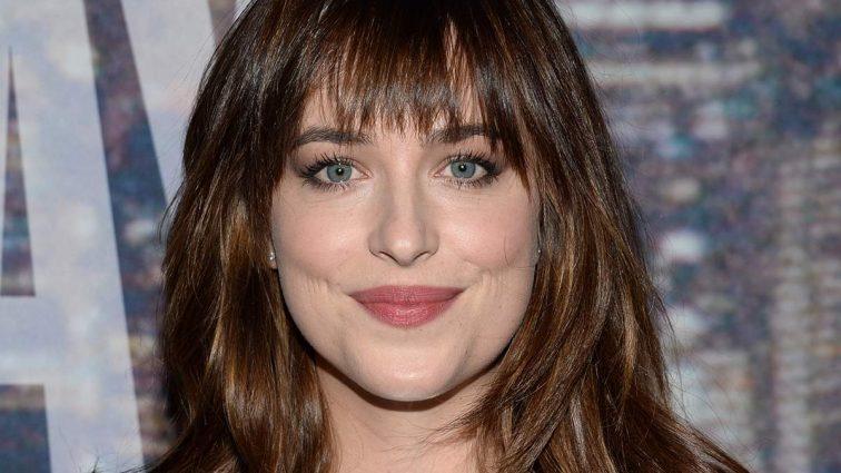 Она совсем без головы: актриса «50 оттенков серого» озадачила публику странным поступком. Что она вытворяет? (ВИДЕО)