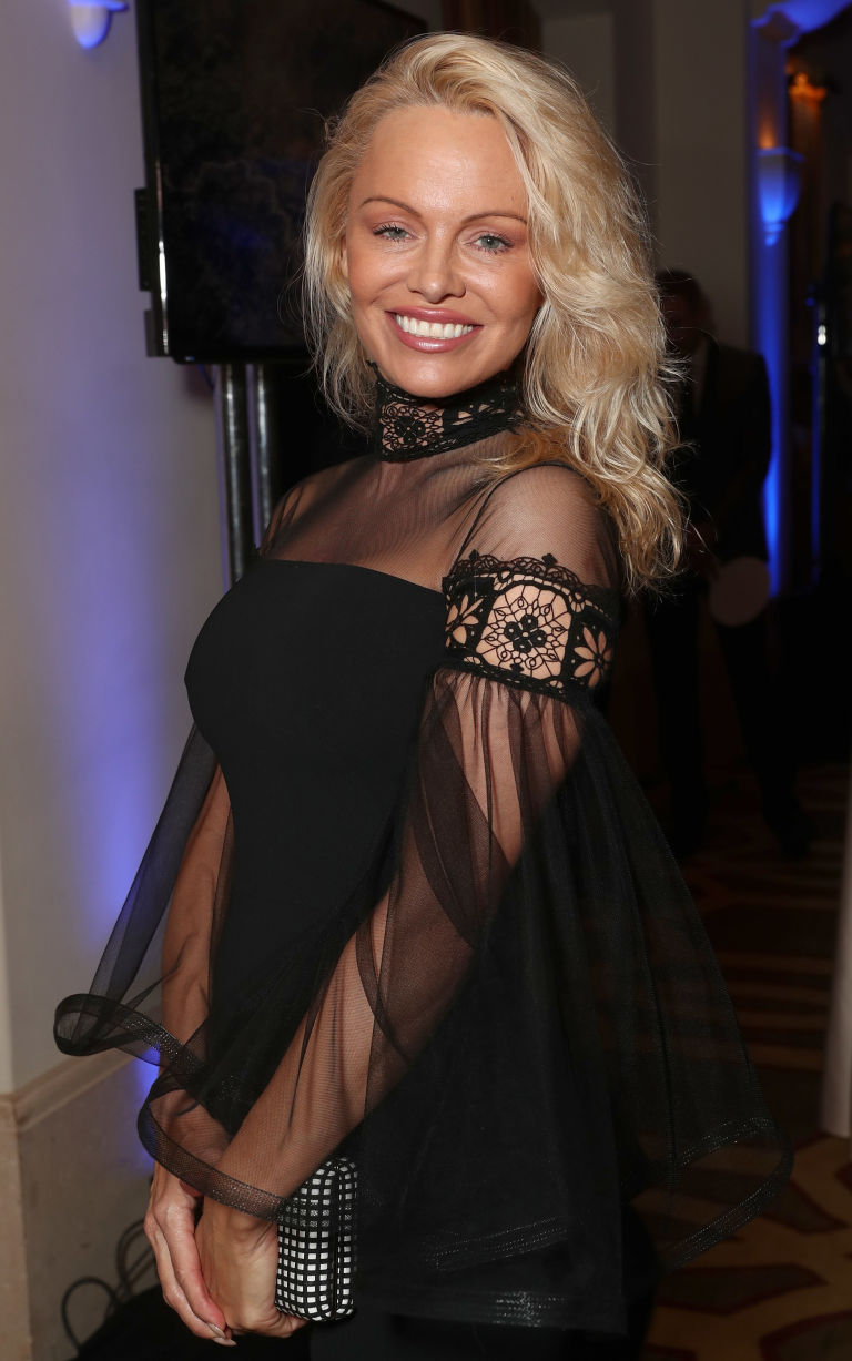 1486134582-syn-wdy-1486052937-pamela-anderson-after-2