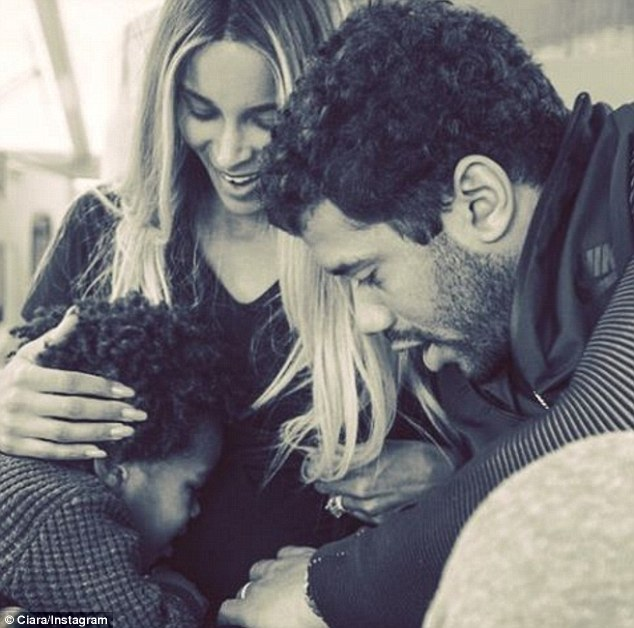 3BBF69BF00000578-4082046-Baby_bump_Ciara_31_showed_off_her_baby_bump_in_an_adorable_selfi-m-15_1483373418302