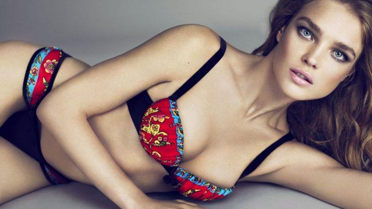 Карли Клосс в прозрачном наряде без бюстгальтера затмила Наталью Водянову на вечеринке