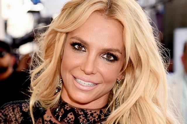 Опозорилась на всю страну: Бритни Спирс обнажилась прямо на сцене, «засветив» свою клубничку (ВИДЕО)