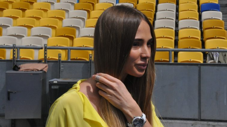 Вот это ноги: Жена украинского футболиста показала, что скрывает под платьем