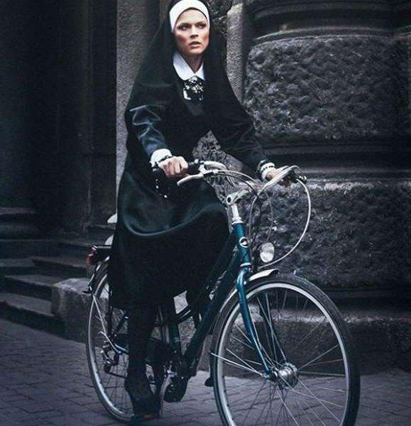Монашка на велосипеде