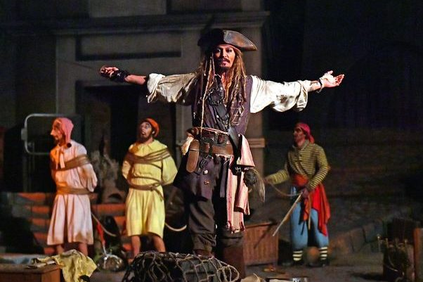 Джонни Депп в образе Джека Воробья развлекал маленьких посетителей «Диснейлэнда» (ФОТО)