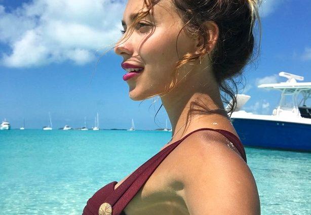 Она ЗДОРОВЕННАЯ!!! Ведущая «Орел и Решка» отдыхает на Багамах с огромной свиньей (ФОТО)