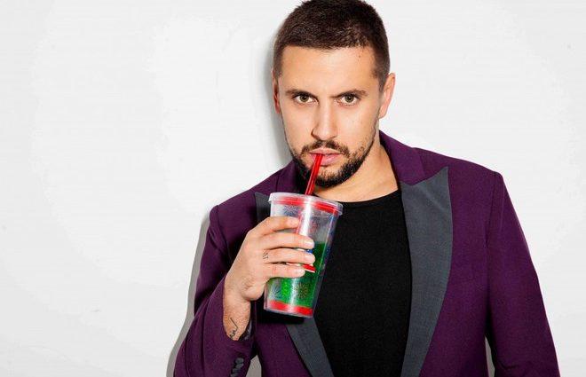 Клевый халат… MONATIK удивил всю Европу своим нарядом во время выступления на Евровидении