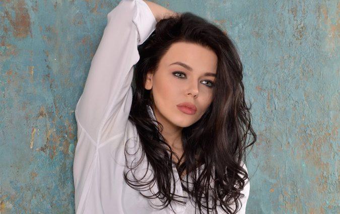 Ого, какая красота!!! Алина Гросу пришла на вручение российской премии в роскошном черном платье