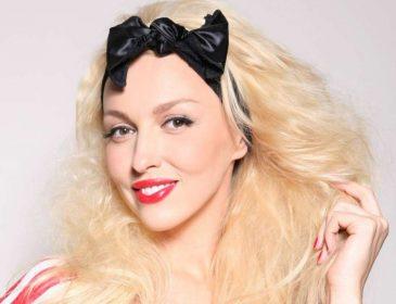 Сползли… Оля Полякова надела облегающее платье без лифчика, смелое решение