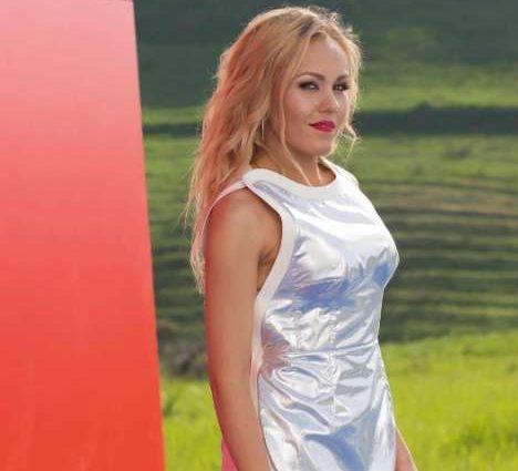 Уже бы голой ходила: певица Alyosha вышла на сцену без лифчика в платье-фольге, которое едва прикрывало пятую точку