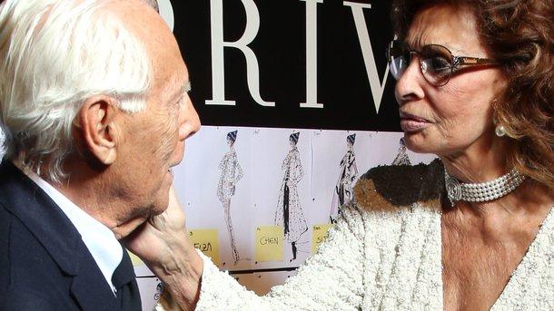 82-летняя Софи Лорен в костюме со смелым декольте оказалась в центре внимания! Вы такого еще не видели!
