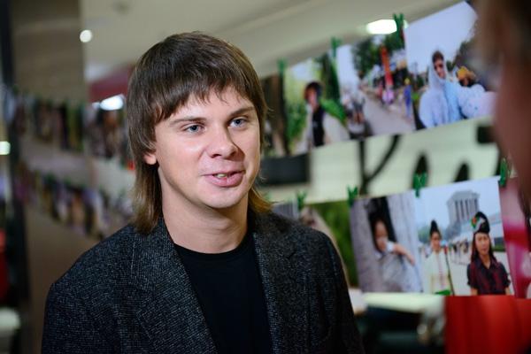 НЕВЕРОЯТНЫЕ! Дмитрий Комаров показал своих брата и сестру на отдыхе. Они нереально похожи