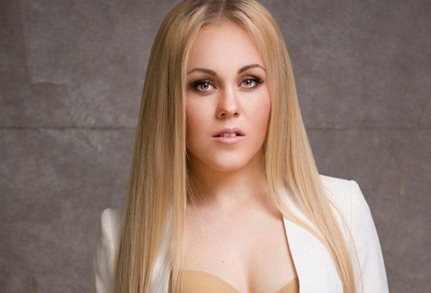 Певица Alyosha шокировала Сеть прозрачным платьем, и еще без белья