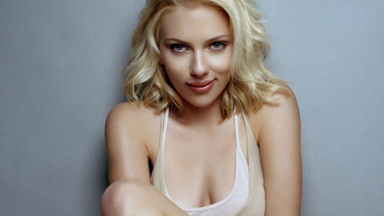«Очень плохие девушки…» Скарлетт Йоханссон заметили на отдыхе после премьера фильма. Вы только посмотрите с кем она!