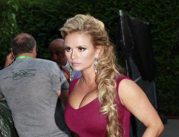 Добрый кусок сальца… Анна Семенович показала свою располневшую фигуру в бикини