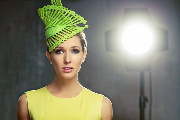 Домашняя девочка: Катя Осадчая показала фото в ярком платье и стильную шляпку