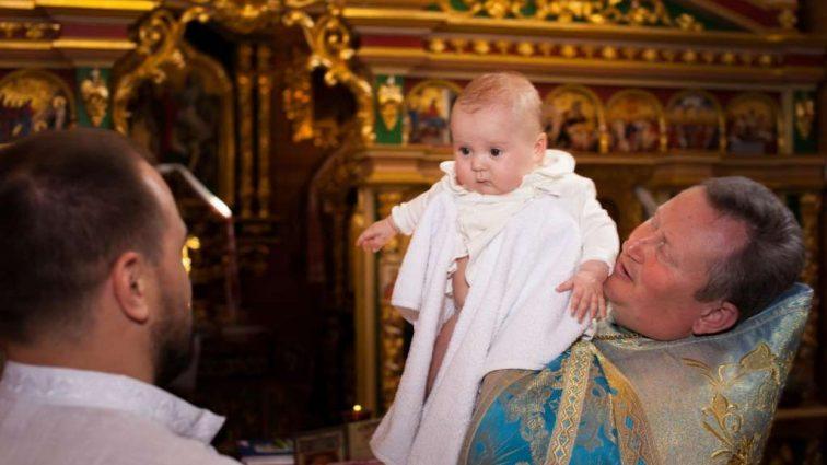 Только не упадите! Известный телеведущий 1 + 1 окрестил дочь. Только посмотрите, кто стал крестным отцом