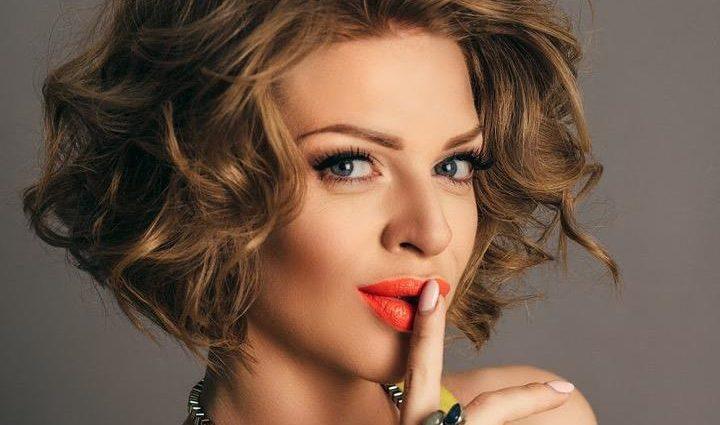 «В платье нежного цвета» Яна Глущенко вышла на сцену неделю после родов и поразила стройной фигурой