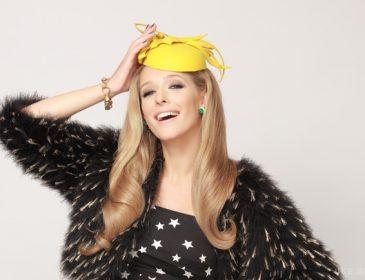Катя Осадчая подчеркнула свою красоту стильным платьем и роскошной шляпкой