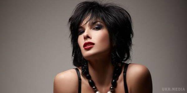 Ольга Романовская показала соблазнительную фигуру в черном платье