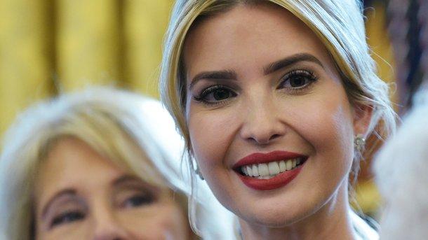Иванка Трамп вышла в свет в строгом костюме
