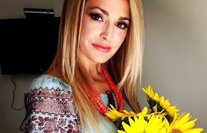 Ольга Сумская показала новый образ с собранными волосами