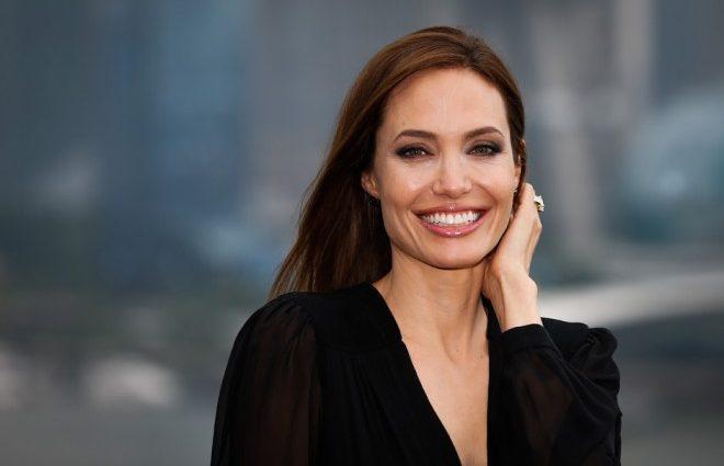 Анджелина Джоли на прогулке с сыном