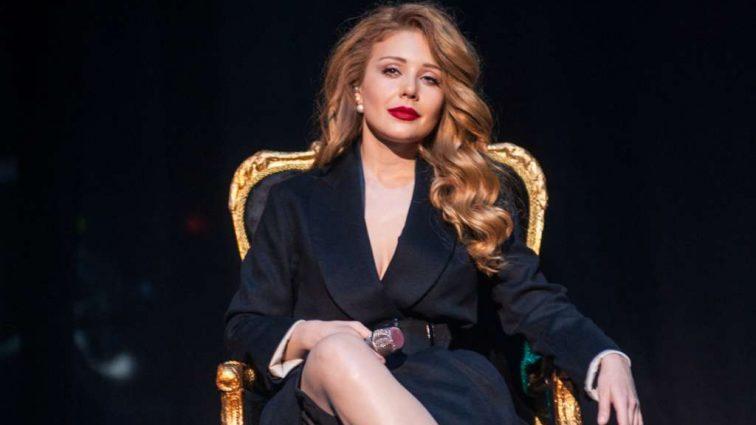 Роскошная Тина Кароль показала исхудалую фигуру в латексном платье и затмила всех на концерте
