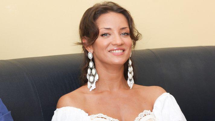 «Белая юбка и бюстгальтер…»: Денисова показала новое фото в прозрачном платье